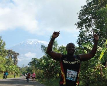 אצן מרתון על רקע הר הקילימנג'רו