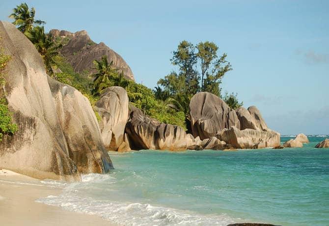 חוף סלעים מפורסם באי מאהה