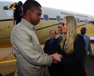 רונית הרשקוביץ לוחצת את ידו של נשיא זמביה