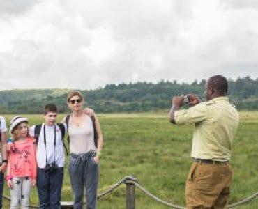 מדריך ספארי מצלם משפחה