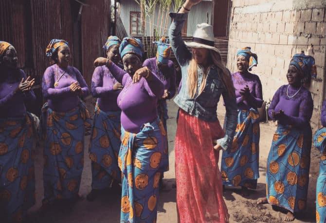 רונית והנשים בריקוד מקומי