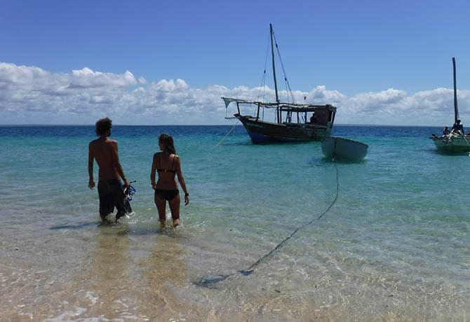 חוף אקזוטי וסירת דאו במוזמביק