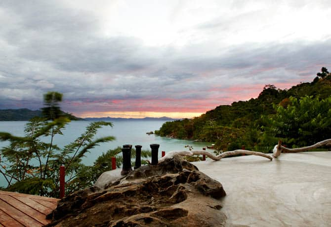 חוף מדגסקרי יפייפה בשקיעה