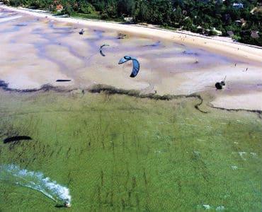 מצנחי רחיפה מעל החוף של מוזמביק